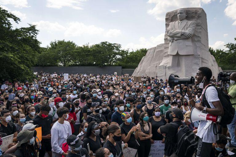Cientos de manfiestantes en el monumento a Martin Luther King, Jr. en Washington.