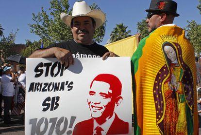 Participantes en la marcha de hoy de Phoenix contra la ley contra la inmigración aprobada por el Estado de Arizona.