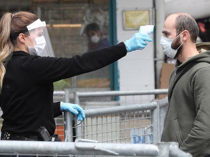 Una policía toma la temperatura a un ciudadano en Ankara, este jueves.