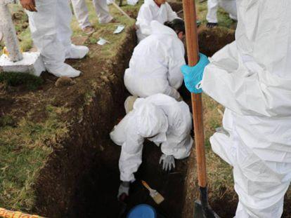 Exhumación de presuntas víctimas de ejecuciones extrajudiciales en el cementerio de Dabeiba, en el departamento de Antioquia.