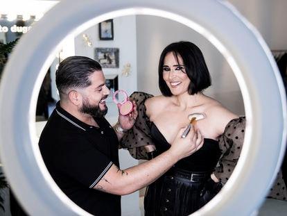 Alberto Dugarte, maquillador y peluquero de famosos, da los últimos retoques a la cantante Rosa López.