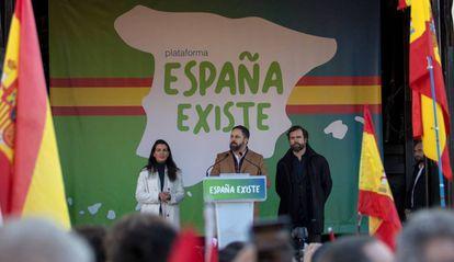 El presidente de Vox, Santiago Abascal (centro), durante la concentración del pasado domingo en Madrid.