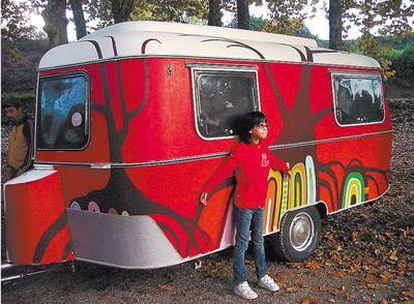 <b>Mar, la hija de uno de los responsables de Puck Cinema, posa junto a la caravana. </b>