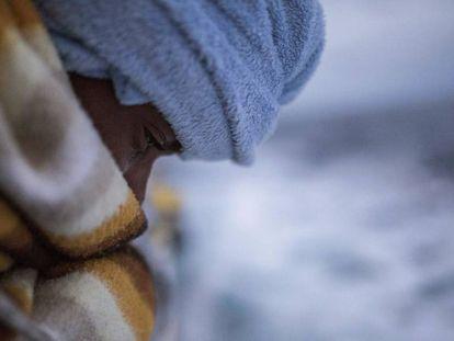 Un hombre recién rescatado de una embarcación hinchable atestada de migrantes en el Mediterráneo por la ONG española Proactiva Open Arms, a unas 60 millas al norte de Libia.