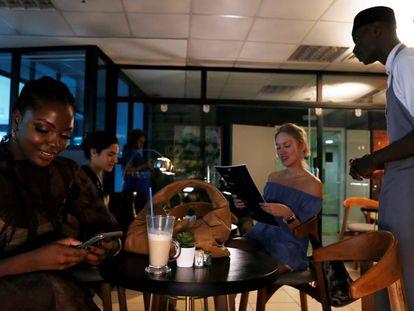 Un camarero atiende a los clientes en el café Mai Shayi en la isla Victoria.