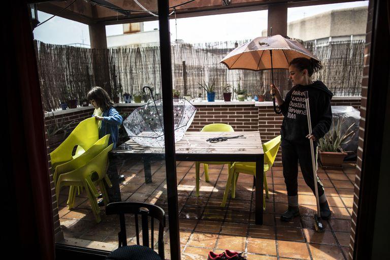 Niñas juegan en la terraza de su casa durante el confinamiento. Alvaro Garcia