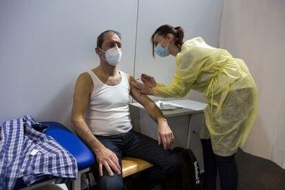 La enfermera francesa Amélie Bau inyecta una vacuna contra la covid a otro trabajador esencial transfronterizo, el alemán Gerd Zoller, en Luxemburgo.