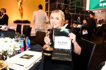 Kate Winslet muestra el sobre y su Emmy a mejor actriz protagonista en una miniserie.
