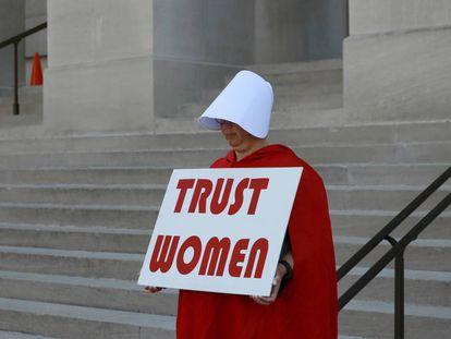 Una mujer vestida como los personajes del 'Cuento de la Criada' protesta frente al Capitolio de Georgia la nueva ley antiaborto.