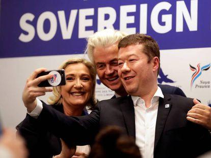 El ultraderechista checoTomio Okamura (a la derecha) junto a Marine Le Pen y el holandés Geert Wilders este jueves en Praga.