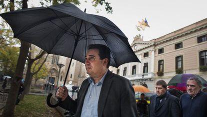El exalcalde de Sabadell Manuel Bustos tras el registro policial en el Ayuntamiento.