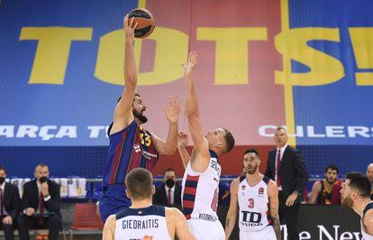 Mirotic lanza por encima de Sedekerskis.