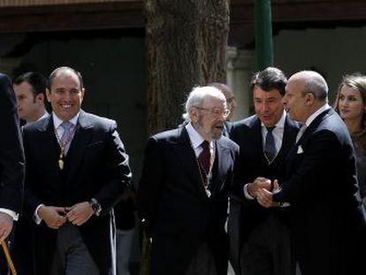 El alcalde de Alcalá, Javier Bello Nieto, a la derecha del Príncipe Felipe, en la entrega del premio Cervantes a José Manuel Caballero Bonald.