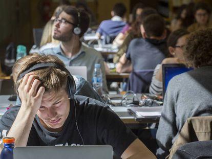 Estudiantes en la biblioteca de la Universidad Pompeu Fabra, en Barcelona.