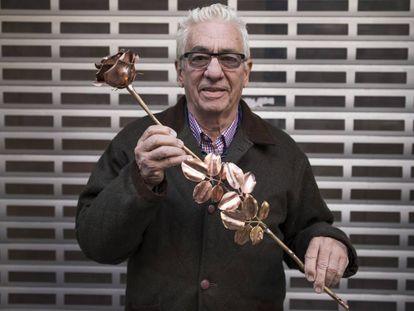 Juan Carlos Pallarols, el pasado domingo en Madrid con una de las rosas que crea con balas de la guerra de las Malvinas y de la guerra civil española.
