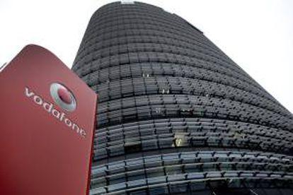 Imagen del logotipo del operador de telefonía móvil Vodafone, en su sede en Dusseldorf (Alemania). EFE/Archivo