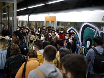 Usuarios de Cercanías se aglomeran frente a las escaleras de salida en la estación de Sants, este lunes.