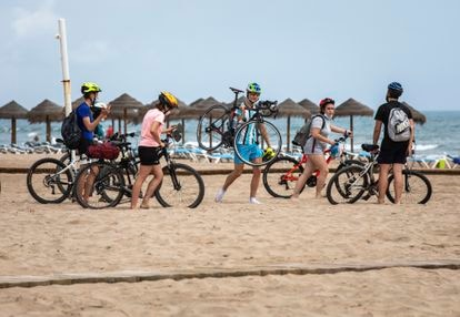 A group of cyclists this Thursday at the Patacona beach, in Valencia.