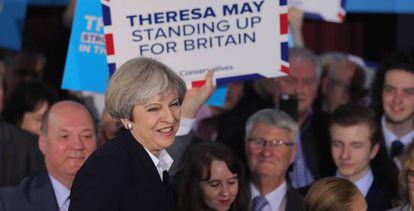 La primera ministra británica, Theresa May, con un grupo de seguidores.