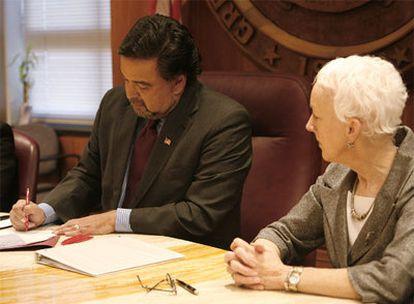 El gobernador Bill Richardson firma la derogación de la pena capital en Santa Fe.