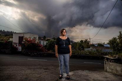 Ángeles Nieves, directora del colegio Los Campitos, arrasado por la lava, en El Paraíso, en su casa, con el volcán de fondo, en La Palma.