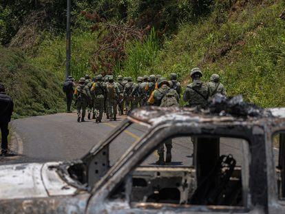 Miembros del Ejército resguardan carreteras tras la violencia desatada en las comunidades de Pantelhó y Chenalhó, en Chiapas.