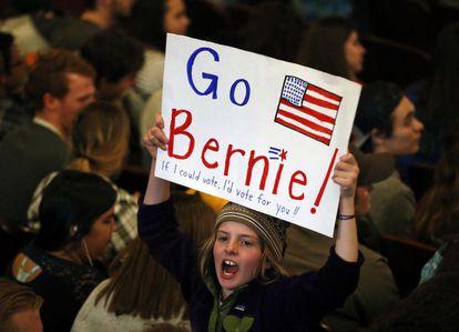 Una seguidora de Sanders aguarda su intervención en Wisconsin.