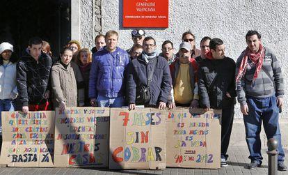 Vicente Gasó y Julián Oviedo, rodeados de alumnos del centro ocupacional Los Silos, frente a la Consejería de Bienestar Social.