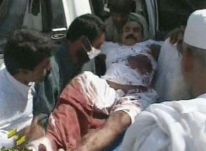 Un herido en el atentado es trasladado en ambulancia