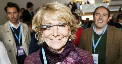 La presidenta del PP de Madrid, Esperanza Aguirre, se prueba las 'Google Glass'.