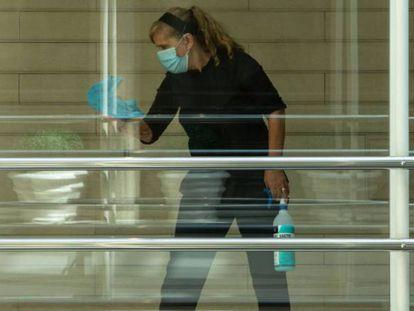 Una trabajadora limpia los cristales en una vivienda el pasado mes de julio.