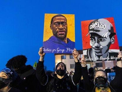 Protesta contra la policía, el viernes en Brooklyn Center, Minnesota, con los retratos de George Floyd y Daunte Wright en alto.
