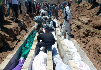 Entierro masivo en la localidad siria de Houla en 2012. Casi 180.000 personas han muerto en la guerra siria, 20.000 de ellos niños.