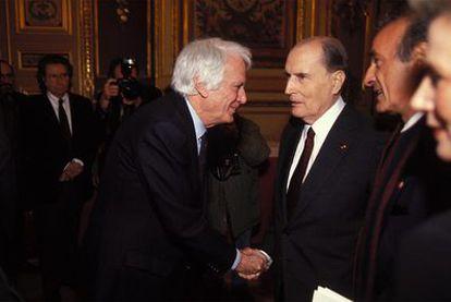 El expresidente francés François Miterrand saluda a Jorge Semprún en la Academia Universal de las Culturas, en 1993.