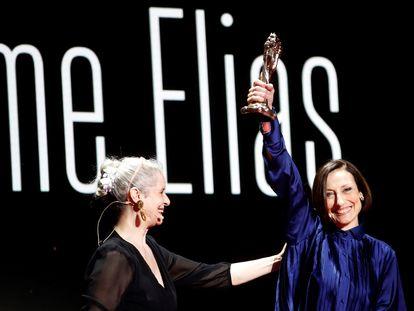La actriz Vicky Peña (i) entrega el Gaudí de Honor a la actriz Carme Elías durante la gala de entrega de los XIII Premios Gaudí que se celebra este domingo en Barcelona.