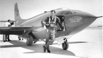 Chuck Yeager apoyado en el X-1 con el que rompió la barrera del sonido en 1947.