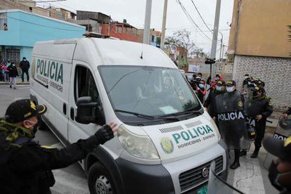 La policía está trasladando los restos de Abimael Guzmán a una morgue en Lima este mes.