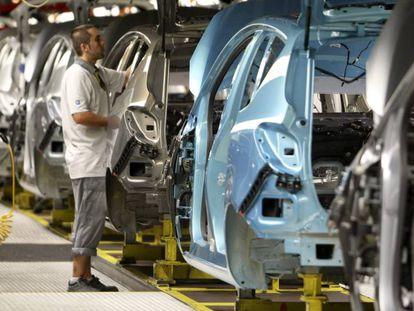 Un operario, en la cadena de montaje del Opel Meriva en de Figueruelas (Zaragoza)