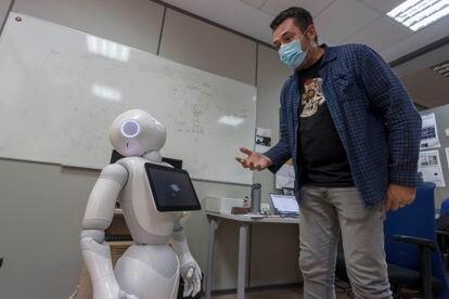 Un profesor con el robot Pepper en la Universidad de Alicante, el pasado 12 de mayo.