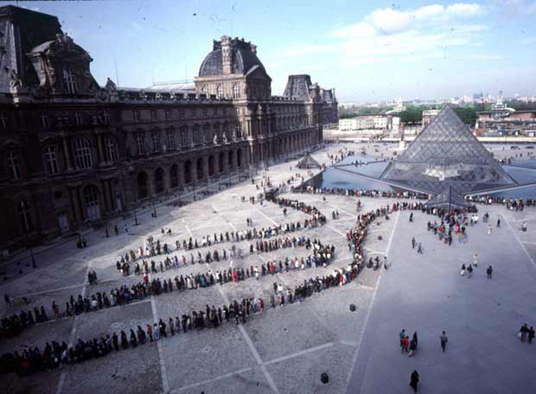 Colas para entrar el pasado diciembre al Louvre de París a través de su entrada principal, la pirámide del arquitecto Ming Pei.