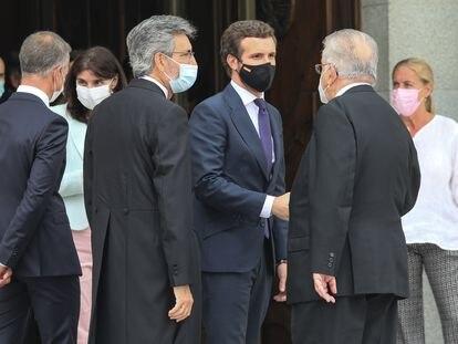 Pablo Casado, tercero por la derecha, conversa con Juan José González Rivas (presidente Constitucional), segundo por la derecha, y Carlos Lesmes (presidente del Poder Judicial), a la izquierda de Casado. En segundo plano,  Pilar Llop (ministra de Justicia) conversa con el presidente del Senado Ander Gil, el 9 de septiembre.