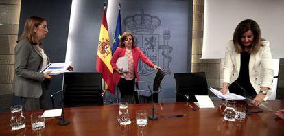 En el centro, la vicepresidenta del Gobierno, Soraya Sáenz de Santamaría, con la ministra de Fomento, Ana Pastor, a la izquierda, y la responsable de Empleo, Fátima Báñez.