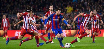 Messi, rodeado de rivales del Atlético.