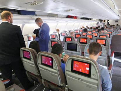 Un grupo de pasajeros en el interior de un avión de Iberia.