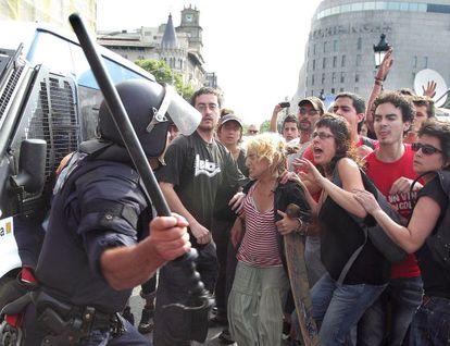 Un momento de la carga policial en la plaza de Catalunya.