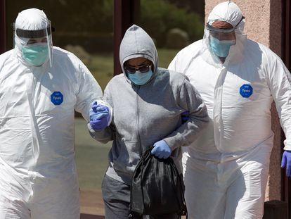 Personal sanitario traslada a una de las personas afectadas por el coronavirus al hospital Clínico malagueño.