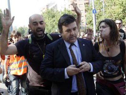 Alfons Lopez Tena, acosado a su llegada al Parlament