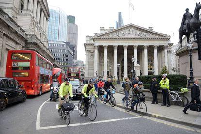 Ciclistas entre el tráfico en Londres.