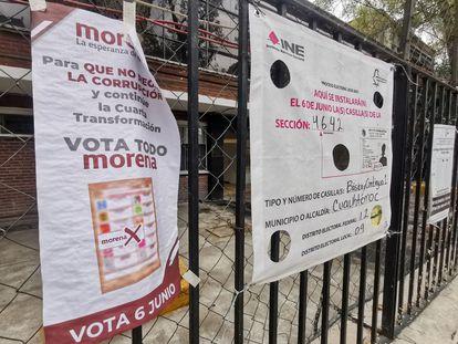Pese a que la ley electoral lo prohíbe, Morena colocó propaganda electoral en algunas casillas electorales de Ciudad de México.