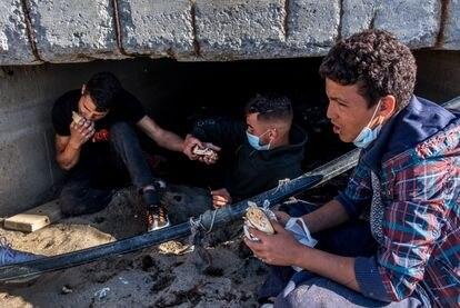 Migrantes sin hogar se ocultan de la policía en un sumidero de aguas residuales tras cruzar la frontera de Ceuta desde Marruecos, el pasado 23 de mayo.